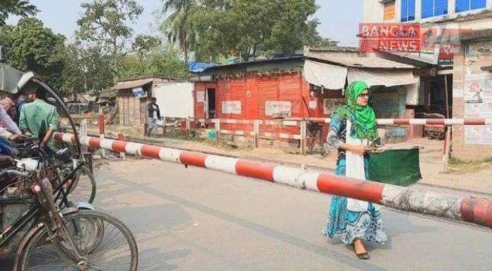 ইচ্ছা থাকলে উপায় হয়: রাজশাহীর ভদ্রা রেলক্রসিংয়ের নিরাপত্তাকর্মী তানজিলা