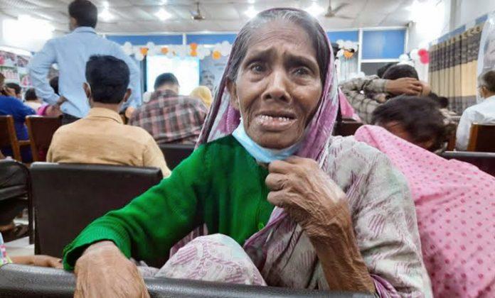 অনন্দে কেঁদে ফেললেন ৯৫ বছর বয়সী বৃদ্ধ কুলসুম বেগম